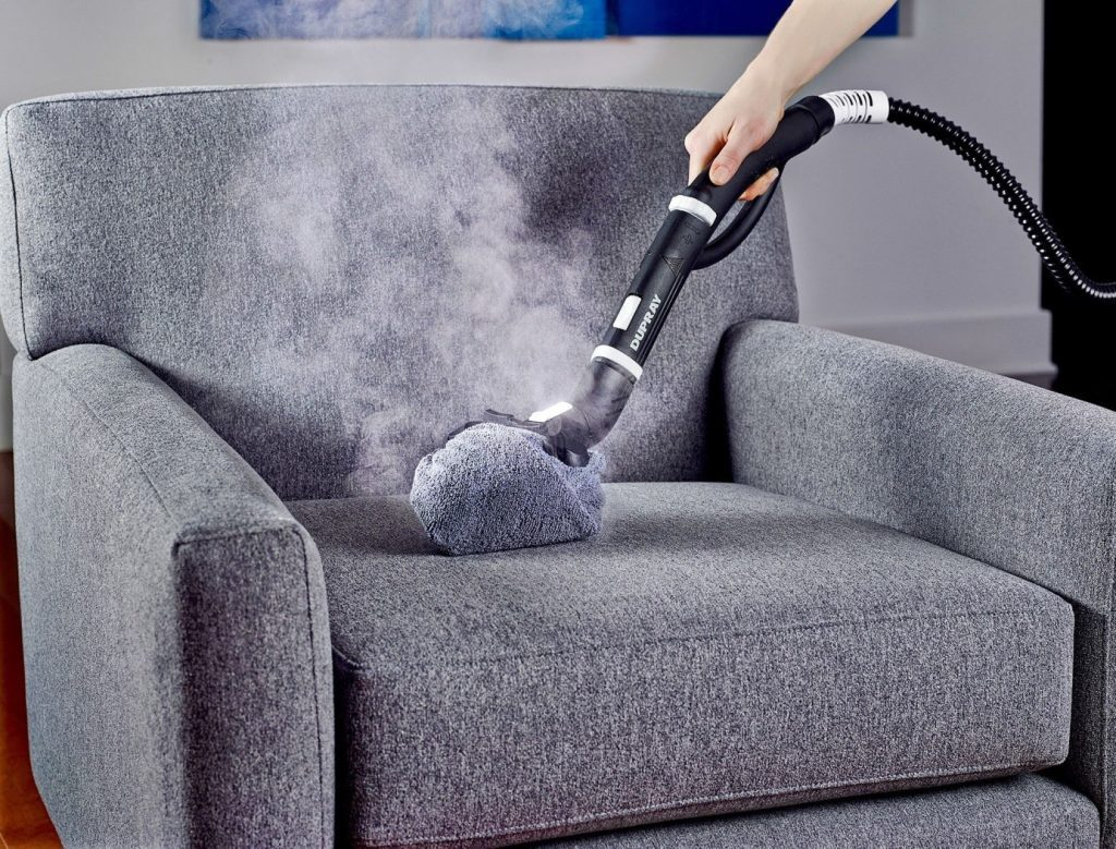 Giặt ghế sofa cần có dụng cụ chuyên dụng để làm sạch mọi vết bẩn và vi khuẩn trên ghế